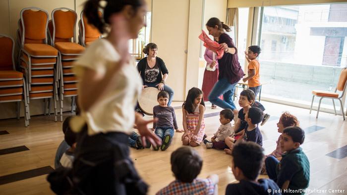 Toilette Dusche Tauschen : Kids Sitting in Circle On the Floor