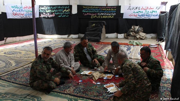 Local Shiite Turkmen militia eat lunch