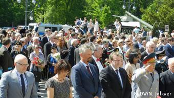 Среди возлагавших венки в Тиргартене был и Гернот Эрлер (в центре)