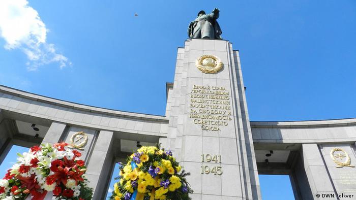 Украинский венок у памятника советским воинам в Тиргартене