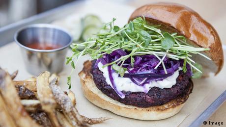 Veganer Burger Hamburger mit Ziegenkäse (Imago)