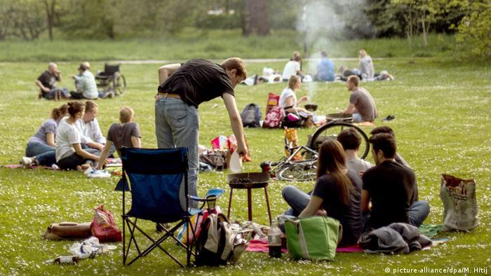 Deutschland, Grillen im Park in Düsseldorf. (Foto: picture-alliance/dpa/M. Hitij.)