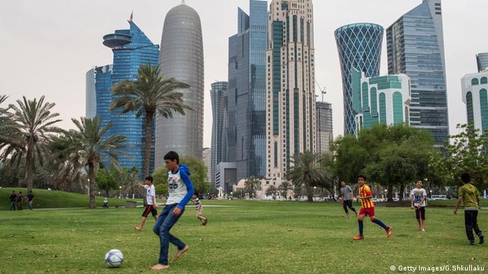 Katar Doha Kinder spielen vor Skyline