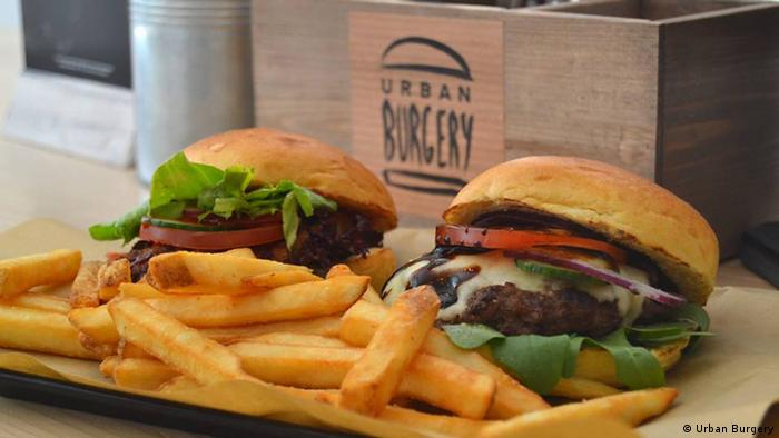 Burger mit Pommes Frites (Foto: Urban Burgery)
