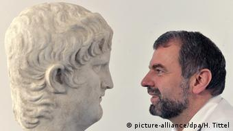 Ο διευθυντής του κρατικού μουσείου του Τρίρ ποζάρει με ένα από τα εκθέματα