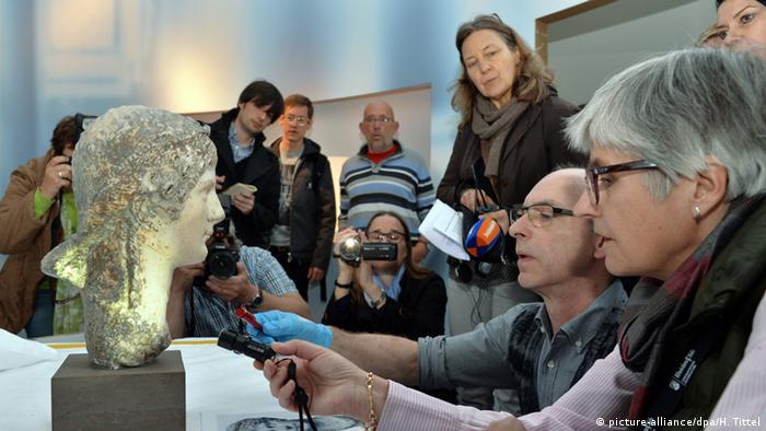 Deutschland Trier Ausstellung Nero Menschen vor Büste der Agrippina minor