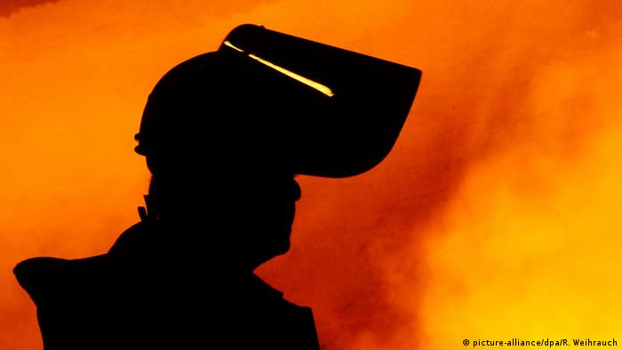 ThyssenKrupp steel worker (picture-alliance/dpa/R. Weihrauch)