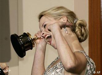 Jubelnde Reese Witherspoon mit Oscar(Quelle: AP)