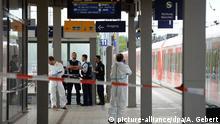 10.05.2016+++ Polizisten stehen am 10.05.2016 am Bahnhof in Grafing bei München (Bayern) auf dem Bahnhof und nehmen ihre Ermittlungen auf. Bei einer möglicherweise politisch motivierten Messerattacke am Bahnhof der Stadt ist ein Mann getötet worden und drei verletzt. +++ (C) picture-alliance/dpa/A. Gebert