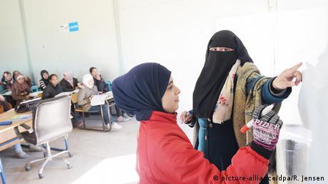 Jordanien Azraq Schülerin an Tafel