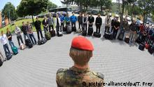 ARCHIV 2011 ***** ARCHIV - Die ersten Freiwilligen rücken am 04.07.2011 in die Hunsrück-Kaserne in Kastellaun (Rheinland-Pfalz) ein. Die Bundeswehr ist 25 Jahre kontinuierlich geschrumpft, jetzt wird sie wieder um tausende Soldaten vergrößert. Foto: Thomas Frey/dpa +++(c) dpa - Bildfunk+++ © picture-alliance/dpa/T. Frey