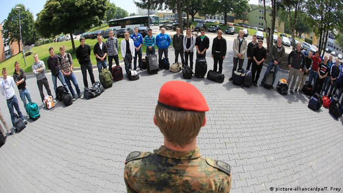 A German soldier stands before new recruits (picture-alliance/dpa/T. Frey)