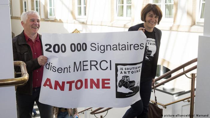 Luxemburg Prozess: LuxLeaks Unterstützer tragen ein Plakat, dass auf 200.000 Unterschriften für den Hauptangeklagten Deltour verweist (Foto: EPA/JULIEN WARNAND)