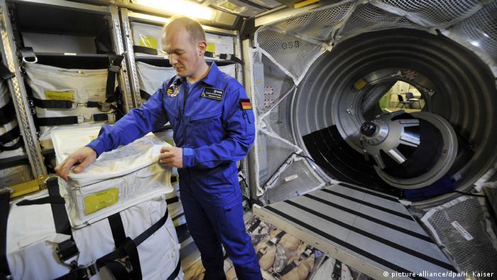 O astronauta alemão Alexander Gerst durante sua formação, em 2011, no módulo de transporte ATV