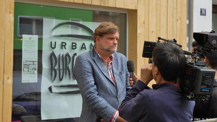Tiemann im Interview vor seinem Restaurant (Foto: DW/Walter)