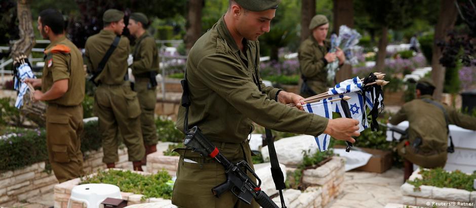 Soldados homenageiam colegas caídos em cemitério de Tel Aviv, no Dia da Lembrança