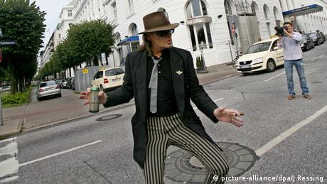 Udo Lindenberg dancing in front of the Hotel Atlantic, Copyright: dpa/J. Ressing