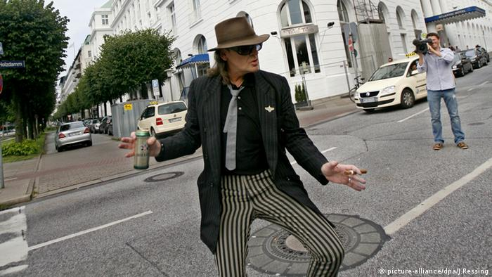 Udo Lindenberg dancing in front of the Hotel Atlantic in 2008