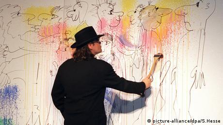 Udo Lindenberg mientras trabaja en una de sus pinturas. (picture-alliance/dpa/S.Hesse)