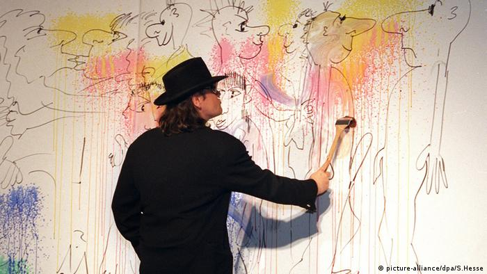 Udo Lindenberg paints a mural (picture-alliance/dpa/S.Hesse)