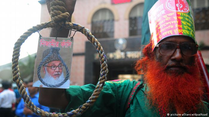 A freedom fighter happy hanging rope Nizamis picture. The family of Motiur Rahman Nizami have arrived at the Dhaka Central Jail for last meet (Photo: picture-alliance/dpa/Asad)