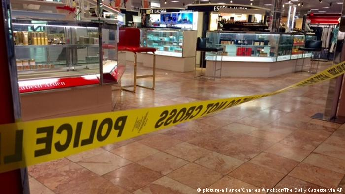 Crime scene tape is seen inside the Macy's at the Silver City Galleria mall in Taunton, Mass., Tuesday, May 10, 2016© picture-alliance/Charles Winokoor/The Daily Gazette via AP