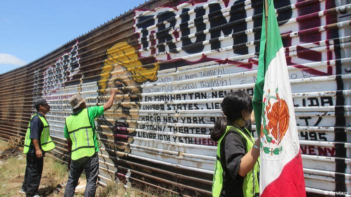 Mexiko Grenze USA - Protest von ausgewiesenen Mexikanern gegen Donald Trump (Reuters)
