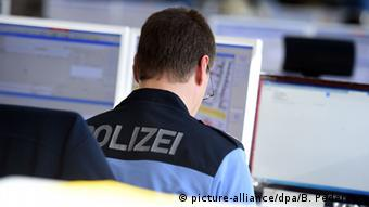 Deutschland Polizist am Schreibtisch