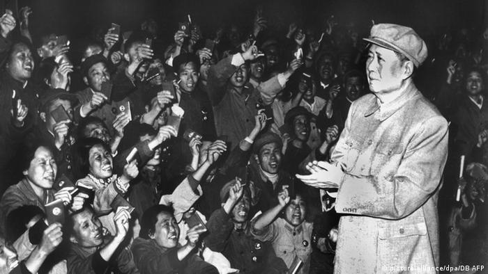 China Mao Tsetung mit Anhängern am Nationalfeiertag 1968