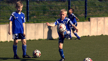 11.05.2016 DW Doku Football Made in Germany Die-U8-des-FC-Schalke-beim-Training