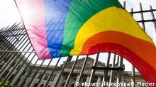 27.11.2014 *** dpatopbilder Eine Regenbogenfahne weht am 12.06.2015 vor dem Bundesrat in Berlin. Hier findet die Abstimmung des Bundesrates zur Gleichstellung homosexueller Partnerschaften statt. Foto: Gregor Fischer/dpa +++(c) dpa - Bildfunk+++ Copyright: picture-alliance/dpa/G. Fischer