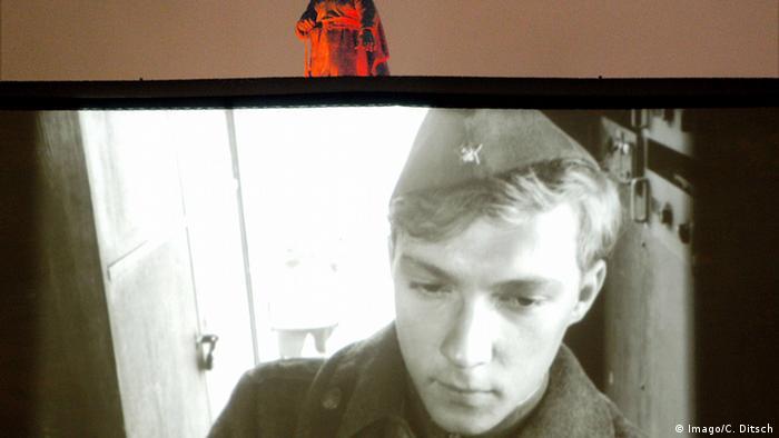 Foto einer Leinwand, auf der eine Filmszene aus Ich war neunzehn zu sehen ist (Imago/C. Ditsch)