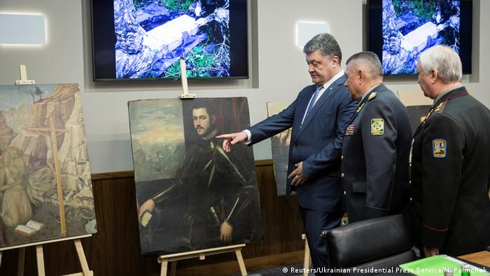 Ukrainian President Petro Poroshenko with the recovered art works