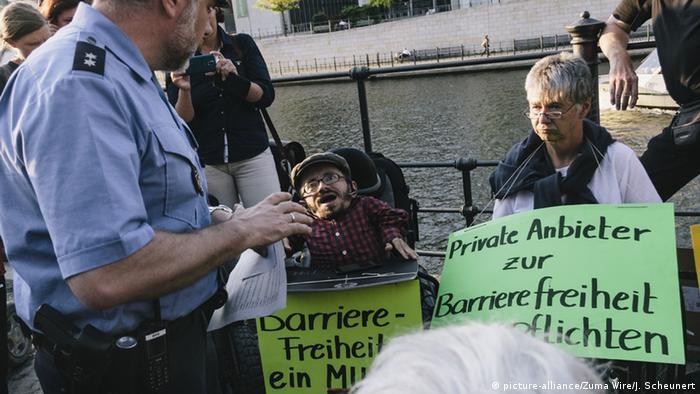 Pollstuhlfahrer protestieren in Berlin (Foto: Zuma)
