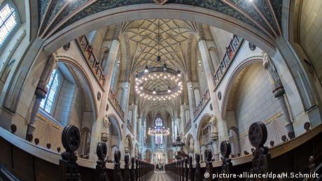 Εντός της εκκλησίας, η οποία ανακαινίστηκε πρόσφατα για τις ανάγκες της επετείου, βρίσκεται και ο τάφος του Μαρτίνου Λούθηρου αλλά και του φίλου και συμμάχου του Φίλιππου Μελάγχθωνος.