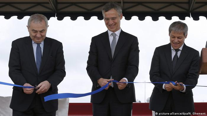 NATO Secretary General Jens Stoltenberg (C), accompanied by Romania's Prime Minister Dacian Ciolos (R) and Foreign Minister Lazar Comanescu (L), cuts the ribbon during the official inauguration ceremony held at Aegis Ashore Missile Defense System (AAMDS), a military anti-ballistic missile defense facility at Deveselu, 180 Km south from Bucharest, Romania, 12 May 2016 (Photo: picture-alliance/dpa/N. Ghement)