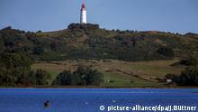 Der Leuchtturm von Hiddensee ist am 14.09.2015 in der Nähe von Kloster (Mecklenburg-Vorpommern) auf der Insel Hiddensee zu sehen. Hiddensee liegt nördlich der Hafenstadt Stralsund und ist 16,8 Quadratkilometer groß. Auf der 18,5 km langen und teils nur 300 Meter schmalen Insel leben nur etwa 1.400 Menschen. In der Saison besuchen pro Tag bis zu 8.000 Touristen das Eiland. Foto: Jens Büttner/dpa +++(c) dpa - Bildfunk+++ | Verwendung weltweit © picture-alliance/dpa/J.Büttner