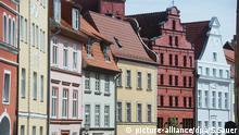 BdT Blick auf sanierte denkmalgeschütze Giebelhäuser in der Fährstraße in Stralsund