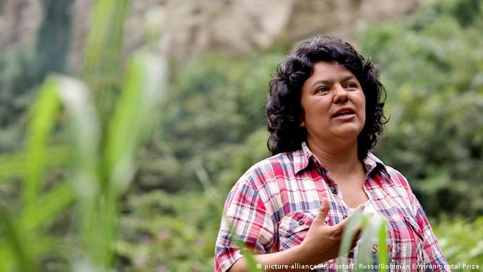 Berta Caceres speaks to people near the Gualcarque river located in the Intibuca department of Hondura (picture-alliance/AP Photo/T. Russo/Goldman Environmental Prize)
