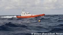 ARCHIV 2013 *** FILE - epa03897276 An Italian Coast Guard (Guardia Costiera) boat maneuvers close to the site off the Lampedusa island, Italy, on 05 October 2013 where a vessel carrying migrants sank on 03 October. EPA/ETTORE FERRARI (zu dpa Hilfsorganisation befürchtet 400 ertrunkene Flüchtlinge im Mittelmeer am 14.04.2015) +++(c) dpa - Bildfunk+++ | © picture-alliance/dpa/E. Ferrari