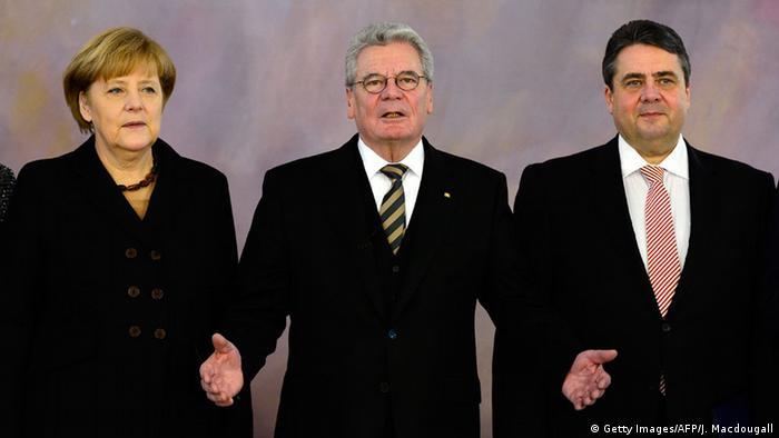 Bundespräsident Gauck (M.) mit Kanzlerin Merkel und SPD-Chef Gabriel (Archivfotot: Getty Images/AFP)