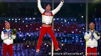 Российский лыжник Александр Легков радуется победе на зимней Олимпиаде в Сочи