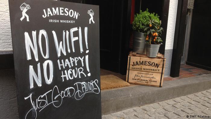 Schild vor einer Bar in Bonn Symbolbild Störerhaftung (DW/I. Filatova)