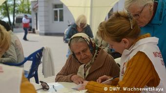 Russland Anti-AIDS-Aktion alte Frau macht HIV-Test