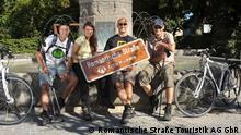 Deutschland Romantische Straße Dinkelsbühl Gruppe mit Schild