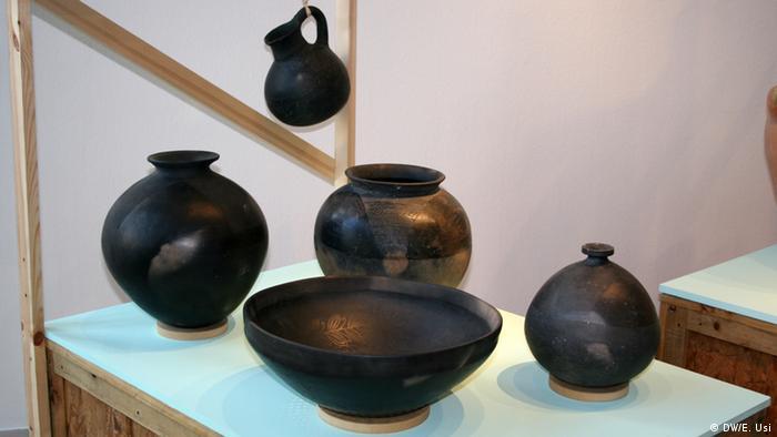 Ollas, cazuelas, enfriaderas, jarras y cántaros son producidos con este acabado negro.