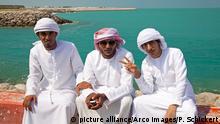 Junge Einheimische, traditionelles arabisches Maennergewand und Kopfschmuck, Abu Dhabi, Vereinigte Arabische Emirate / Kandora, Dishdasha, Guthra | Verwendung weltweit Copyright: picture alliance/Arco Images/P. Schickert