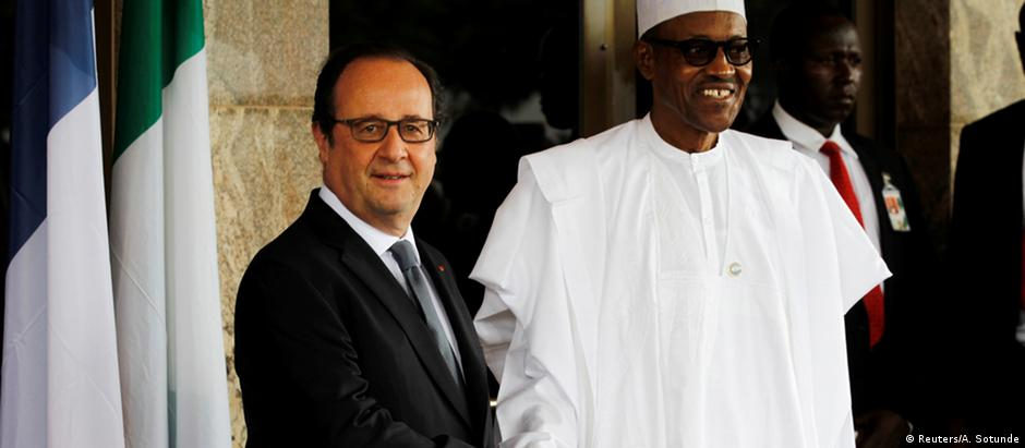 Presidente francês, François Hollande, e anfitrião nigeriano, Muhammadu Buhari, em cúpula em Abuja