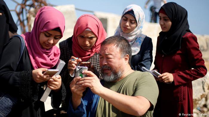 Ai Weiwei mit jungen Palästinenserinnen in Gaza. (c) Reuters/M. Salem