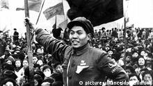 +++++++++++++++++++ Archiv 1967 +++++++++++++++++++ ARCHIV - Rotgardisten, Kampftrupps maoistischer Jugendlicher, die Mao Tsetung in den Jahren 1966-1969 zur Durchsetzung der «Kulturrevolution» in China verhalfen, freuen sich im Jahr 1967 in Schanghai über ihren Erfolg. Foto: UPI/dpa (zu dpa «Kulturrevolution: «Säuberungskampagne» mit über einer Million Toten» vom 12.05.2016) +++(c) dpa - Bildfunk+++ | Verwendung weltweit (c) picture-alliance/dpa/Bildfunk